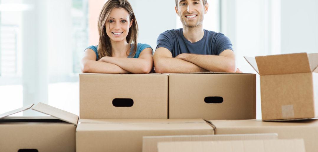 Ungt par i deres nye hjem