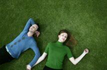 Par ligger på en græsplæne
