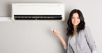 Kvinde betjener aircondition