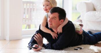 Far og datter ligger på lammeskind